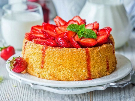 Мързелив, бърз и лесен кекс със сладко от ягоди, орехи и ванилия (с бакпулвер) във форма - снимка на рецептата